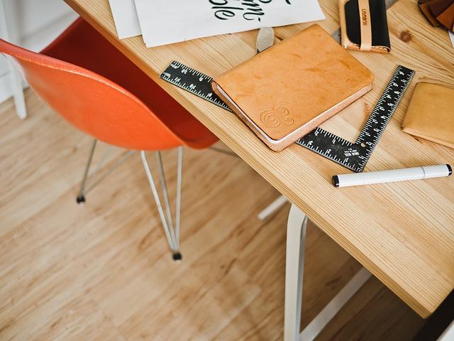 שולחן של מעצב פנים